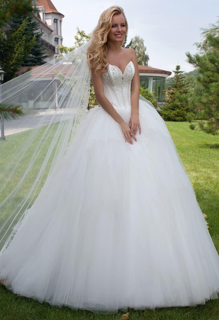 Чувственное свадебное платье с атласным корсетом, расшитым бисером спереди.