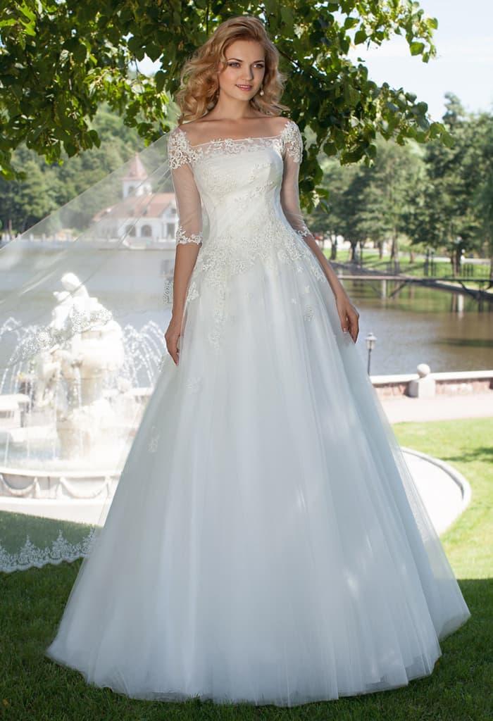 Пышное свадебное платье с оригинальным вырезом каре и тонкими рукавами.
