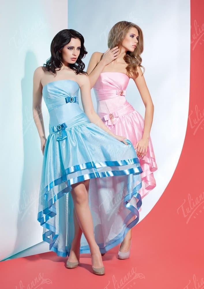 Открытое вечернее платье с укороченной спереди юбкой.