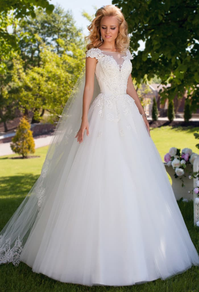 Пышное свадебное платье с соблазнительным вырезом с коротким рукавом и тонкой вставкой.