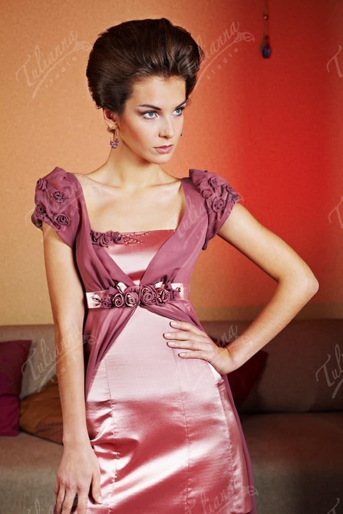 Атласное вечернее платье розового цвета с объемной отделкой.