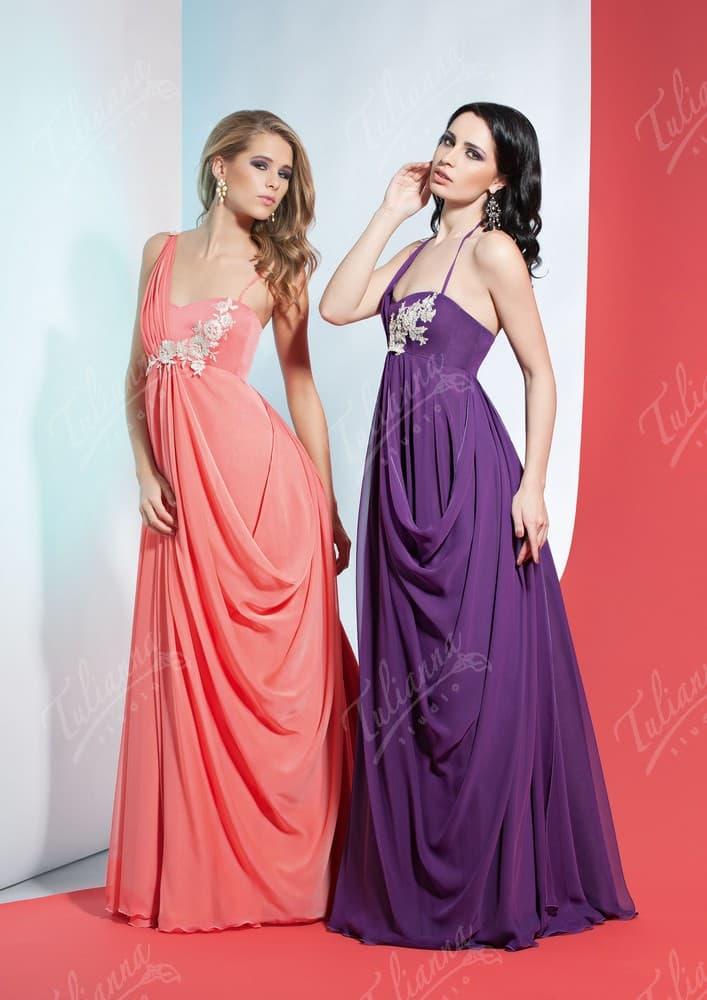 Женственное вечернее платье прямого кроя с асимметричным лифом.