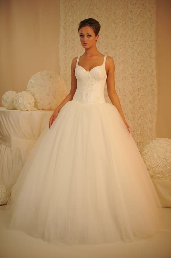 Шикарное пышное свадебное платье с открытым лифом, дополненным бретелями.