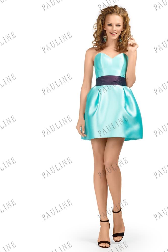 Короткое вечернее платье из глянцевой голубой ткани с широким поясом.
