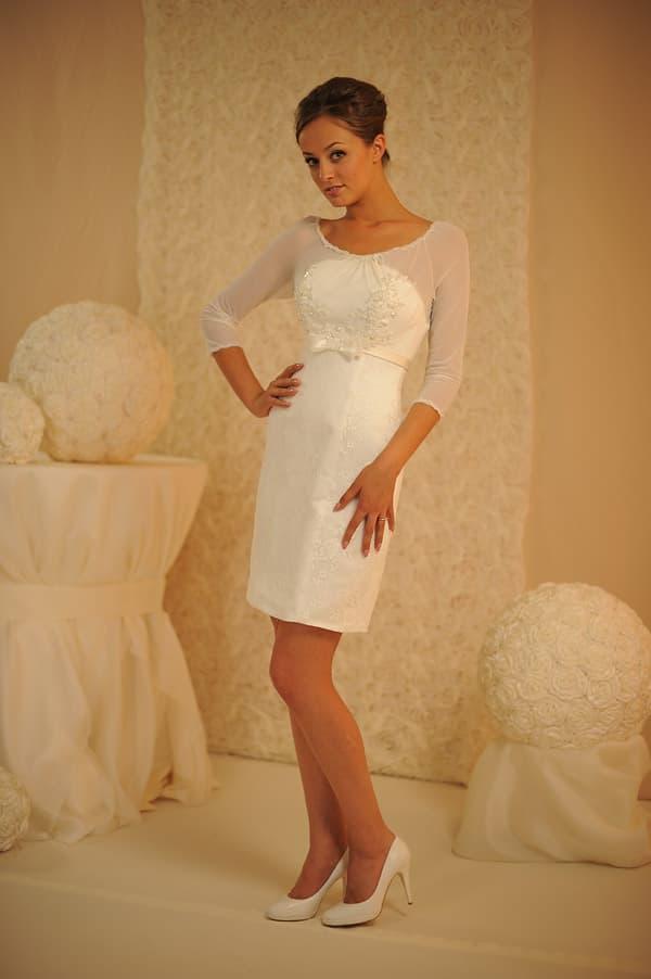 Свадебное платье с облегающим рукавом из прозрачной ткани и юбкой до колена.