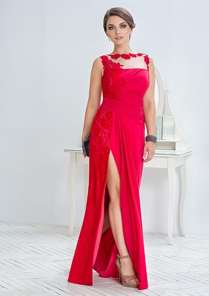 Алое вечернее платье с разрезом по подолу и кружевными аппликациями.