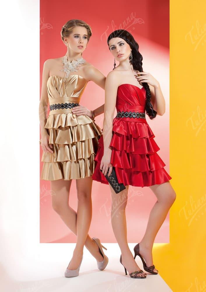 Глянцевое вечернее платье с отделкой из оборок на юбке.