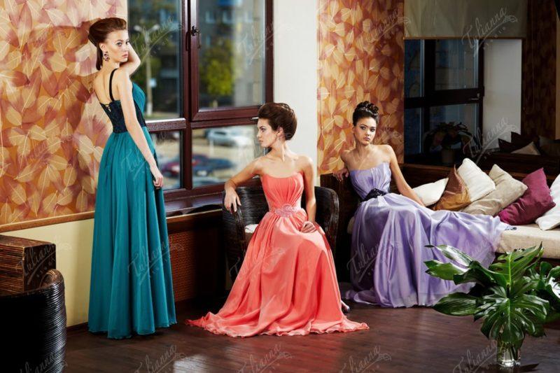 Прямое вечернее платье с необычным декольте и декором драпировками.