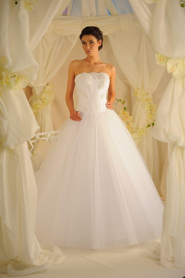 Свадебное платье с роскошной тюльмариновой юбкой и лаконичным корсетом.