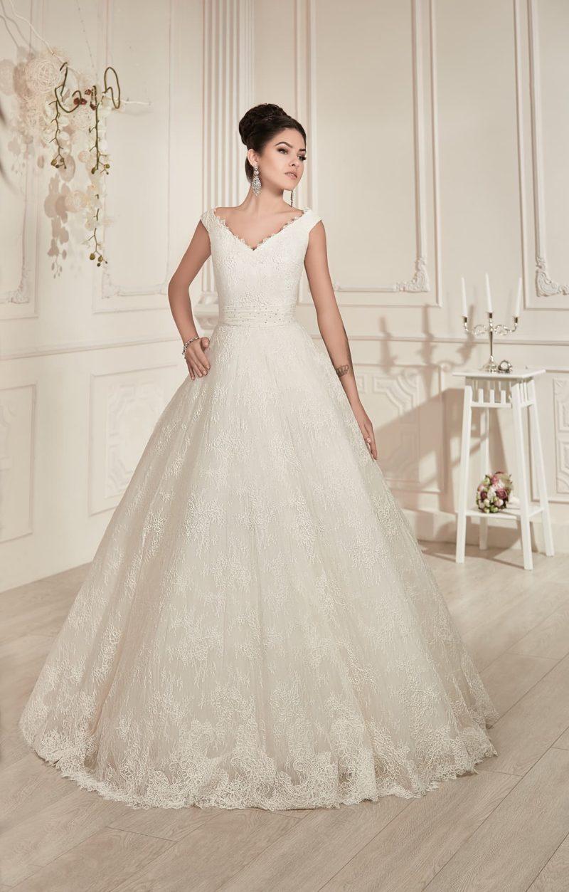 Торжественное свадебное платье пышного кроя, с глубоким V-образным декольте и широкими бретелями.