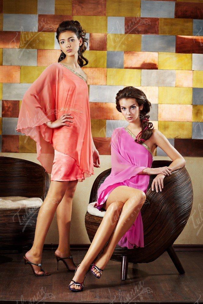 Многослойное вечернее платье с широким асимметричным рукавом.