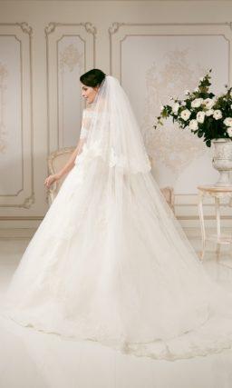 Свадебное платье с портретным декольте фигурного кроя и кружевным декором по всему верху.