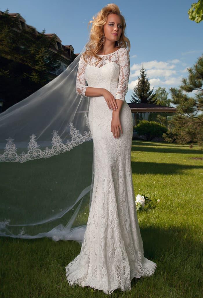 Кружевное свадебное платье прямого кроя с округлым декольте и длинным рукавом.