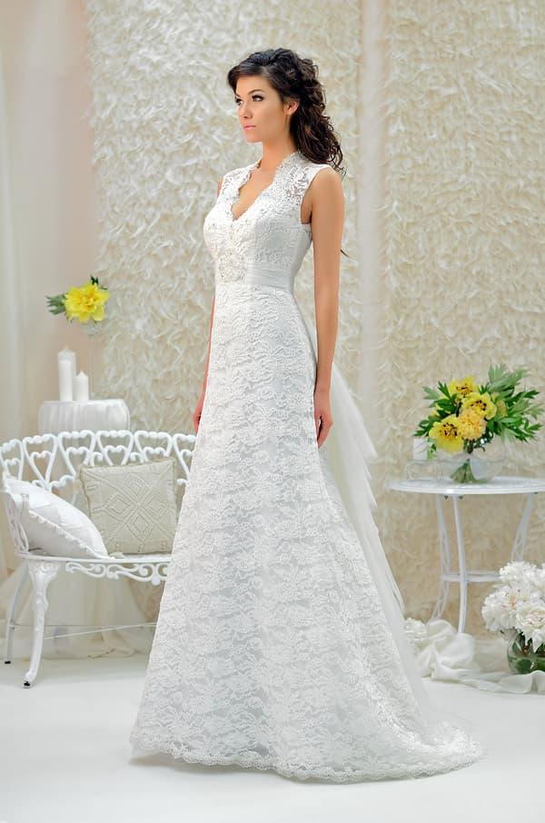 Романтичное свадебное платье с фигурным V-образным вырезом и юбкой с тонкими оборками.