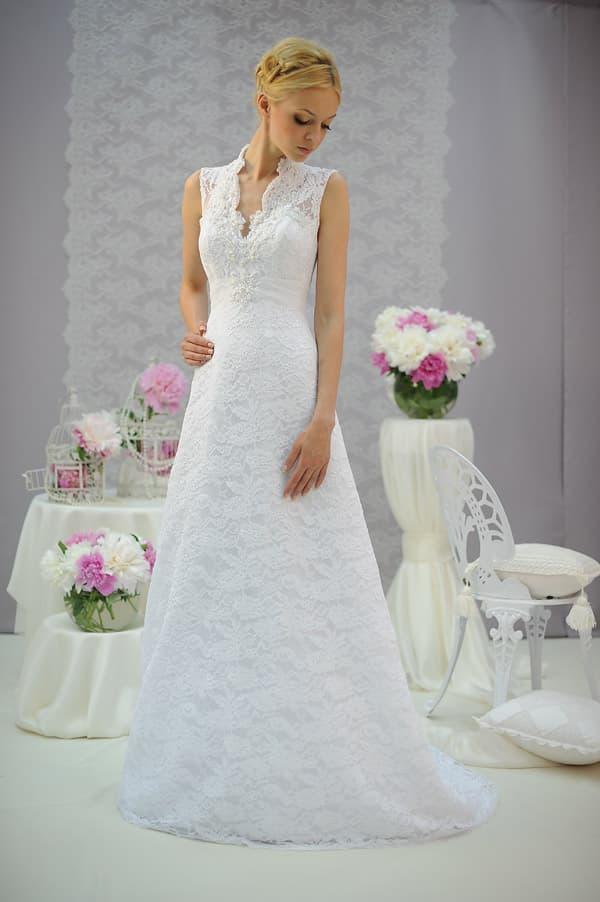 Изысканное свадебное платье с отделкой плотным кружевом и юбкой прямого кроя.