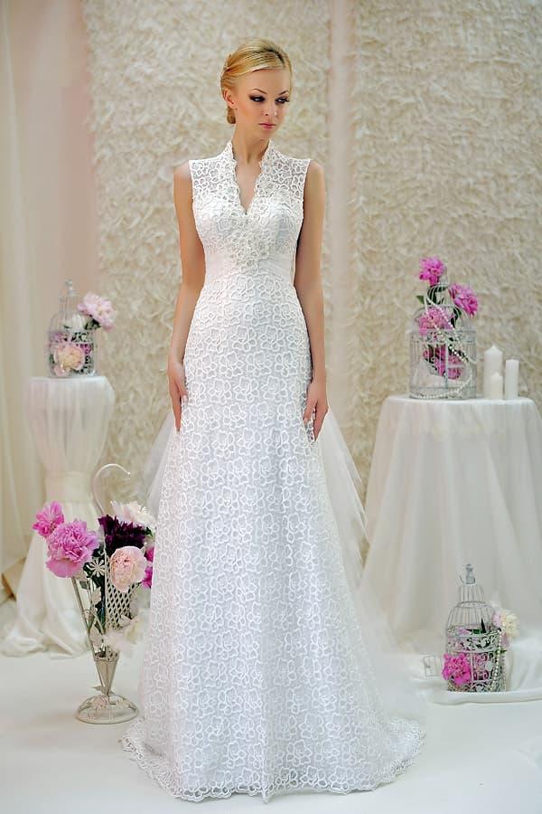 Свадебное платье с юбкой «трапеция», украшенной оборками, и кружевным верхом.