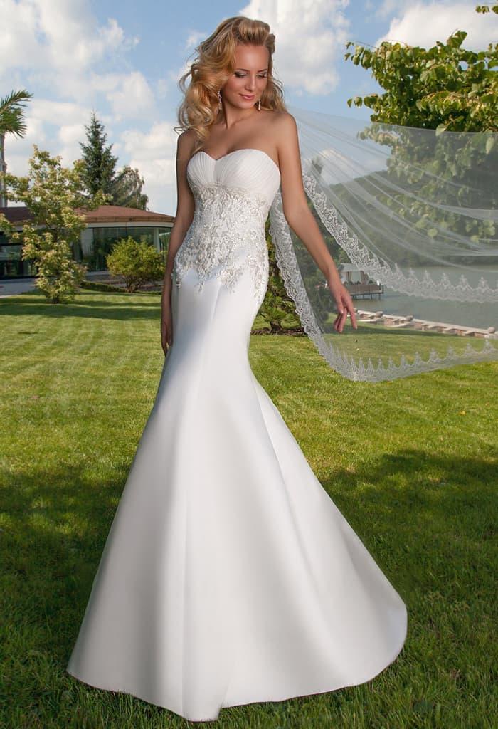 Атласное свадебное платье «рыбка» с фактурной отделкой на открытом корсете.