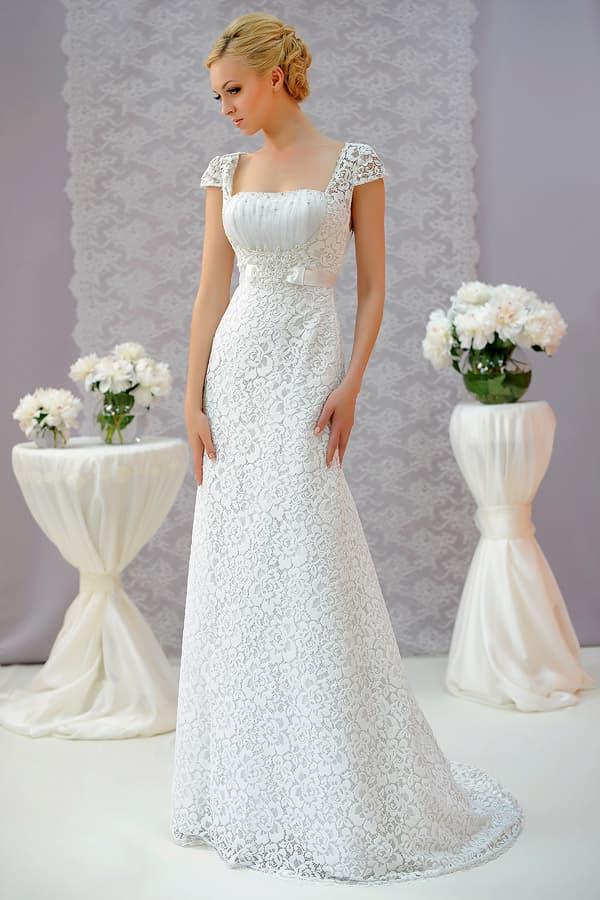 Свадебное платье с лаконичной прямой юбкой, покрытое кружевом с цветочным мотивом.