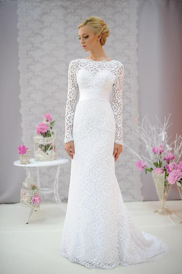 Прямое свадебное платье со шлейфом, украшенное плотным романтичным кружевом.