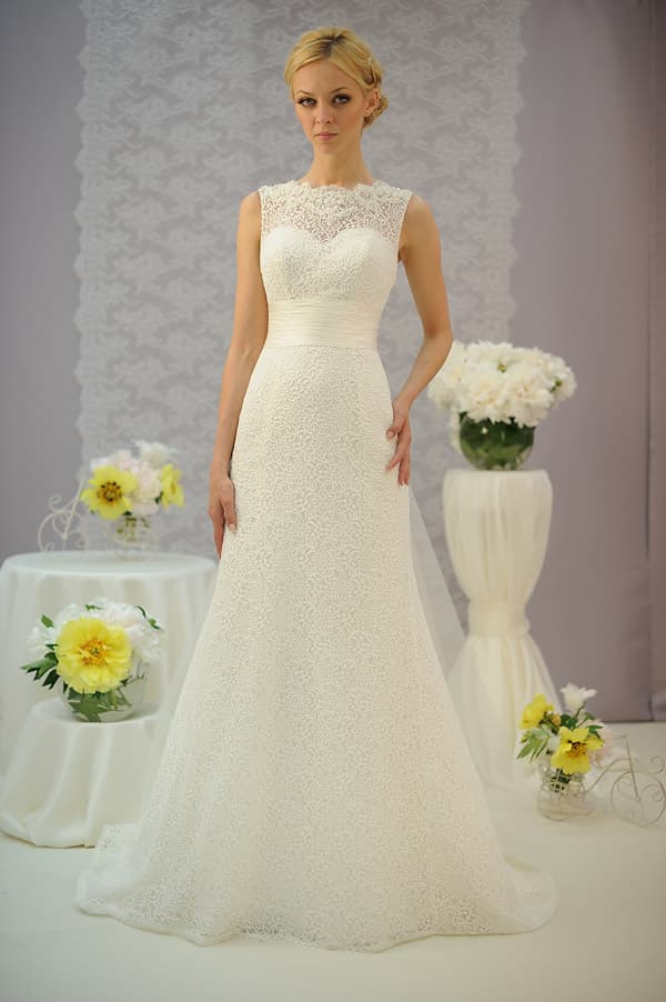 Кружевное свадебное платье с широким поясом и V-образным вырезом на спинке.