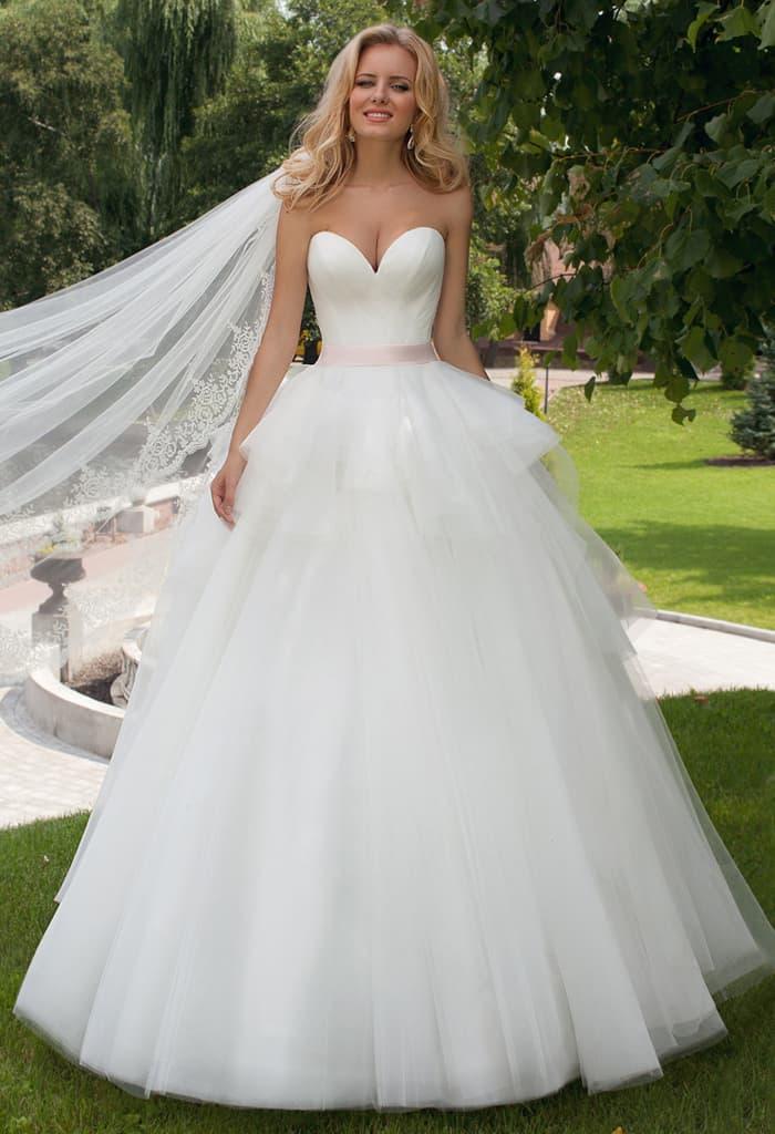 Стильное свадебное платье с лифом в форме сердца и пышной баской.