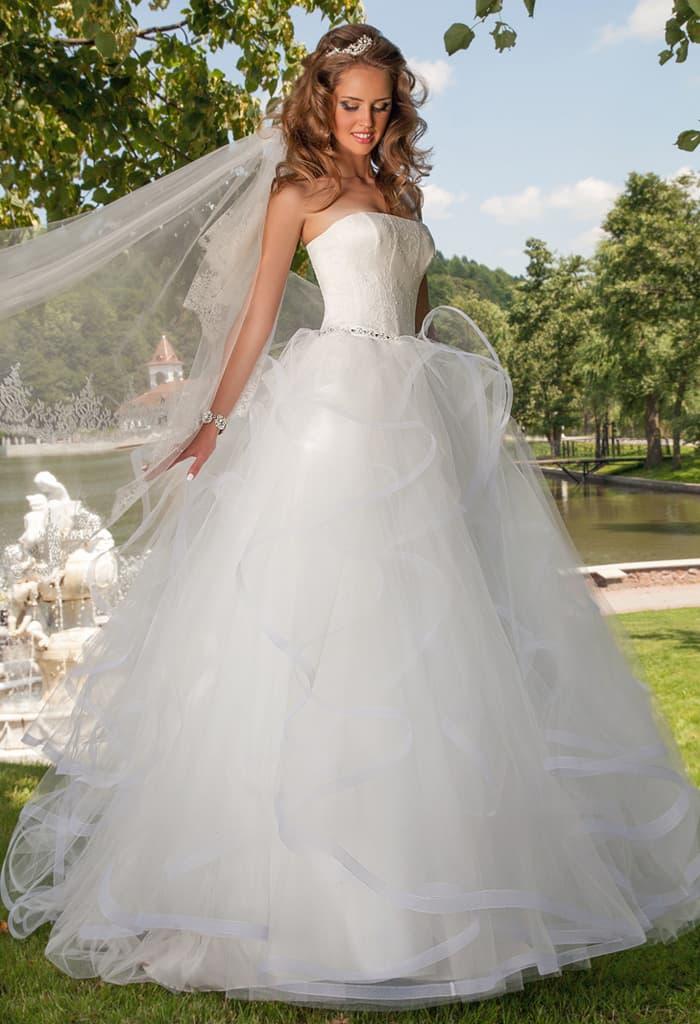 Невероятно пышное свадебное платье с изящным открытым лифом прямого кроя.