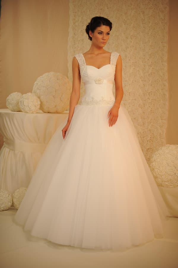 Свадебное платье с юбкой из тюльмарина и широкими бретелями из кружевной ткани.