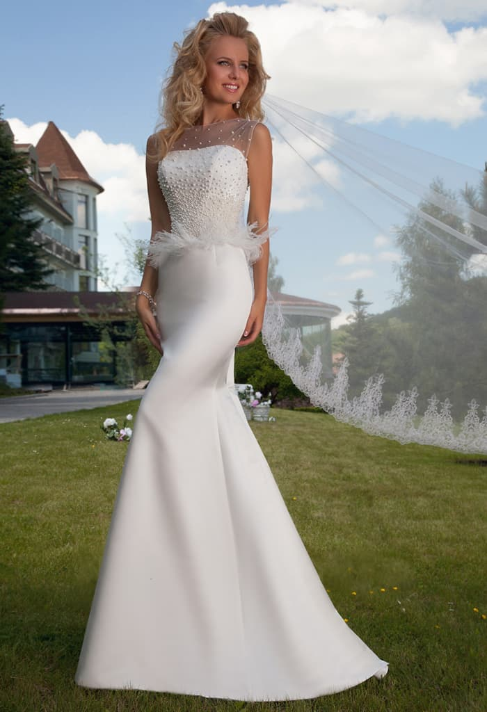 Атласное свадебное платье «рыбка» с пышной полупрозрачной баской и вышивкой по верху.