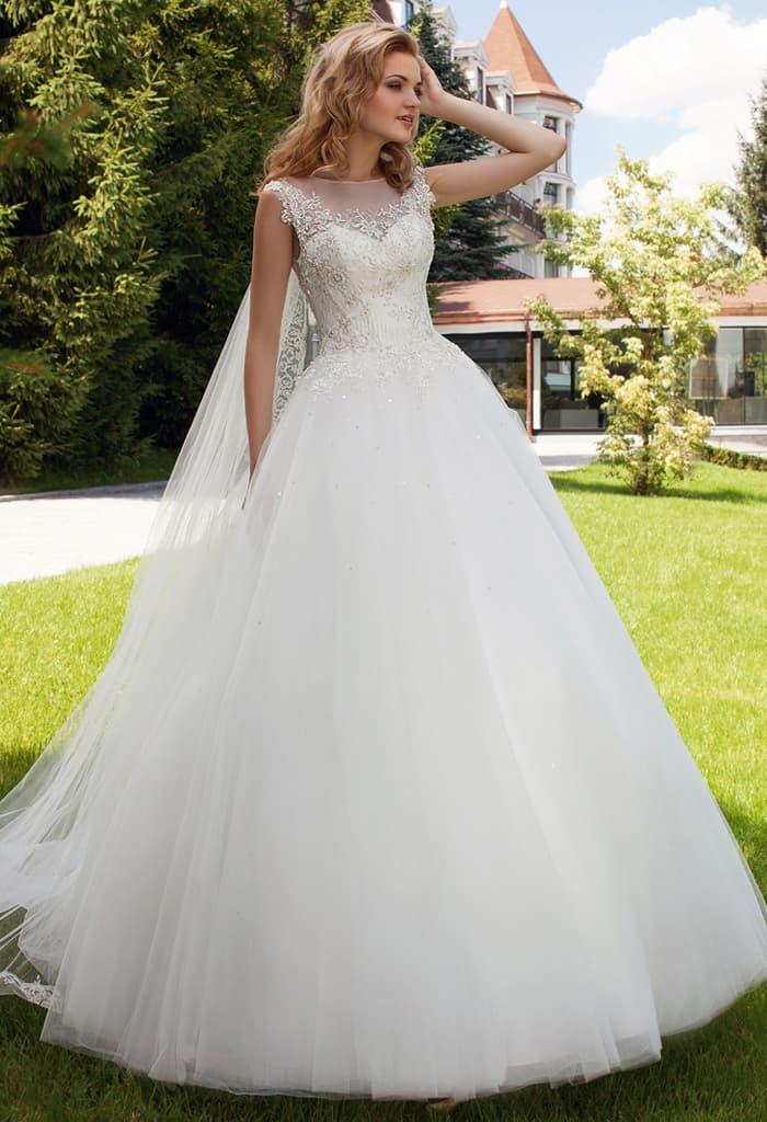 Пышное свадебное платье с атласным корсетом, дополненным тонкой вставкой.