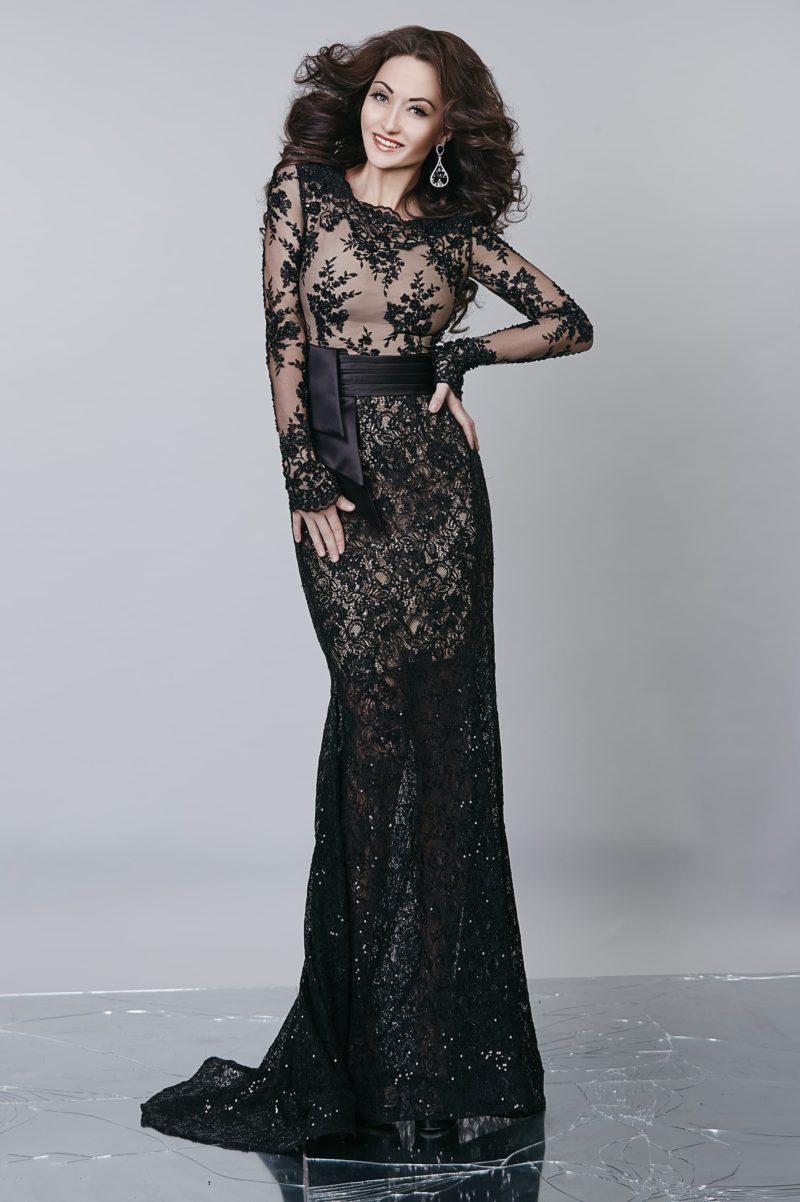 Сияющее вечернее платье прямого кроя с полупрозрачным верхом на бежевой подкладке.