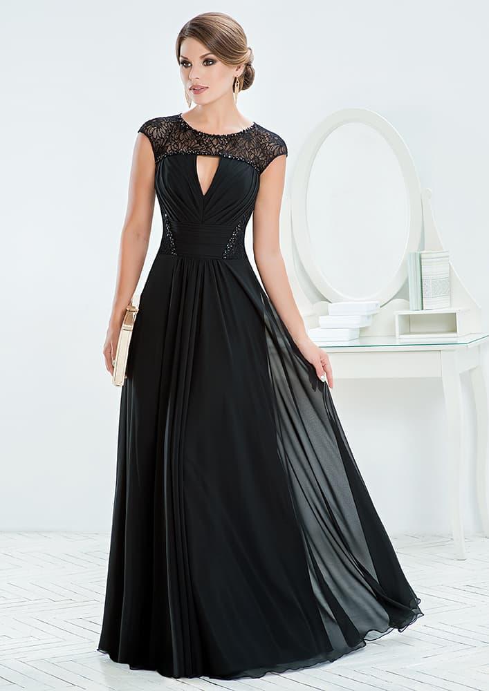 Вечернее платье с многослойной юбкой и небольшим вырезом.