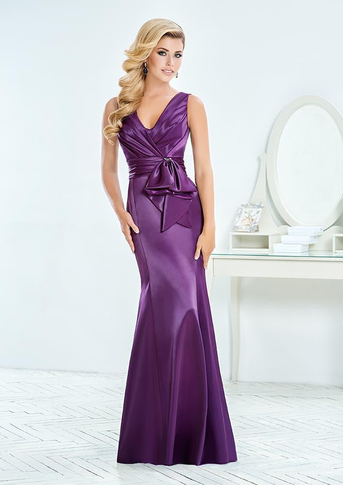 Фиолетовое вечернее платье с изысканным V-образным вырезом.
