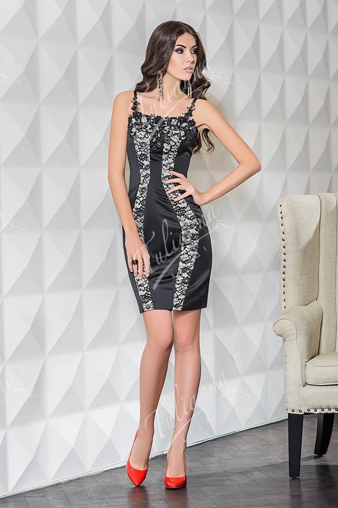 Облегающее вечернее платье черного цвета с кружевным декором.