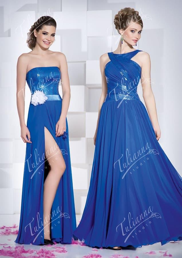 Синее вечернее платье с длинной прямой юбкой и сияющим верхом.