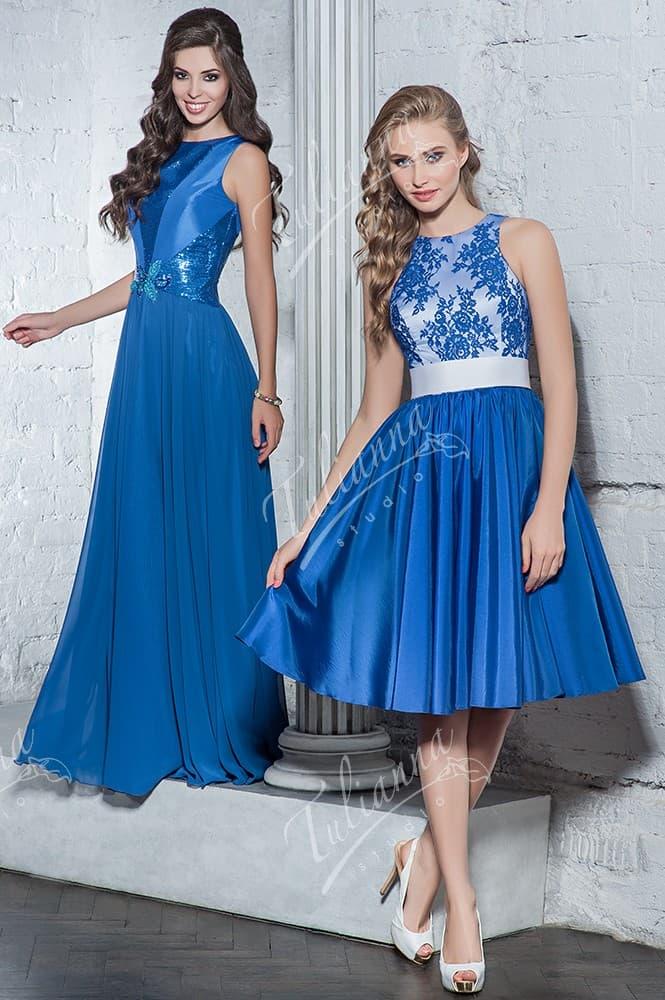 Синее вечернее платье со сверкающей вышивкой и закрытым верхом.