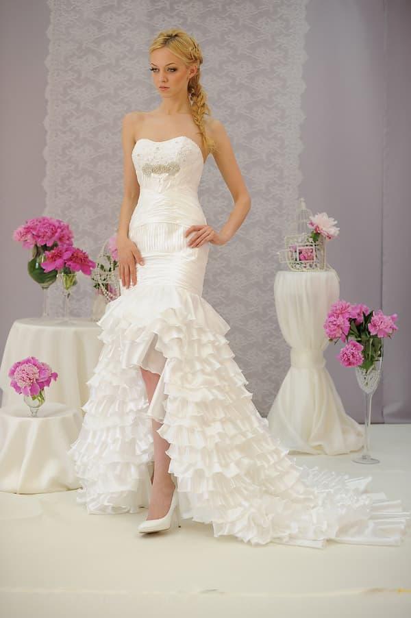 Свадебное платье с укороченным спереди подолом с оборками по всей длине.