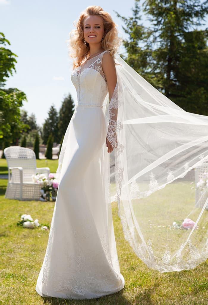 Прямое свадебное платье с оригинальным вырезом и открытой спинкой.
