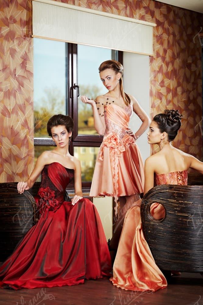 Сияющее персиковое вечернее платье с открытым корсетом, украшенным драпировками и кружевом.