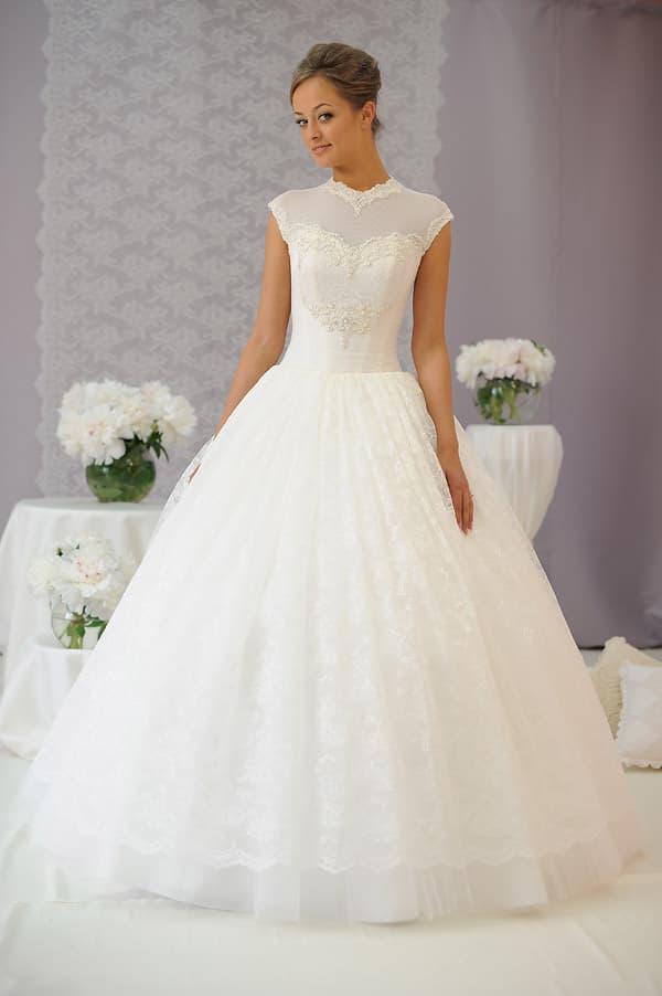 Сдержанное свадебное платье с вырезом под горло и небольшим декольте сзади.