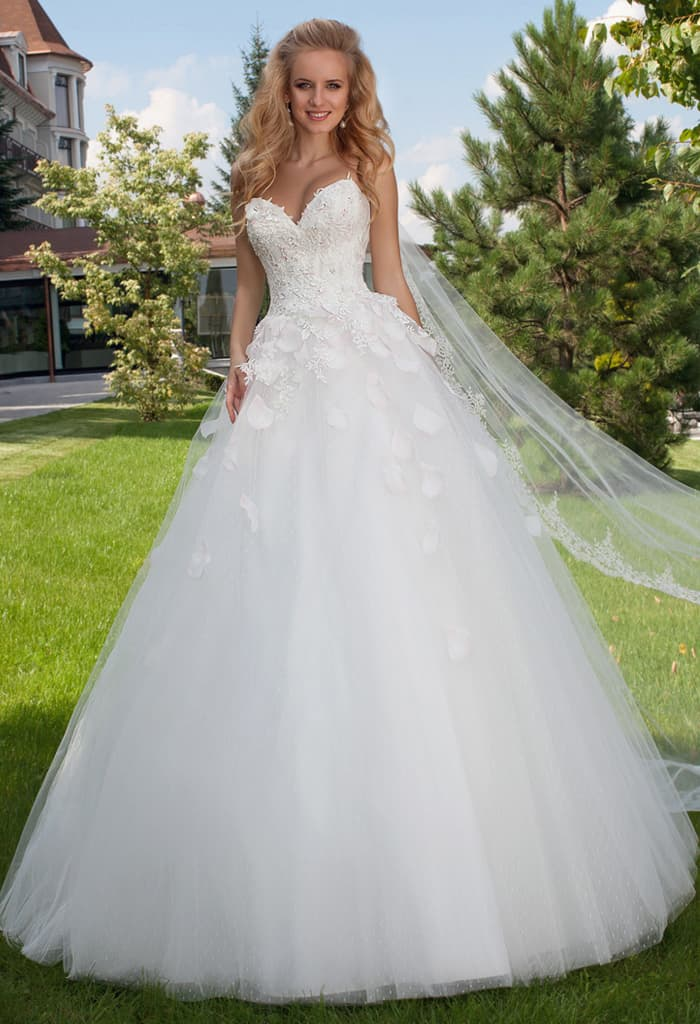 Романтичное свадебное платье пышного кроя с открытым корсетом с лифом в форме сердца.