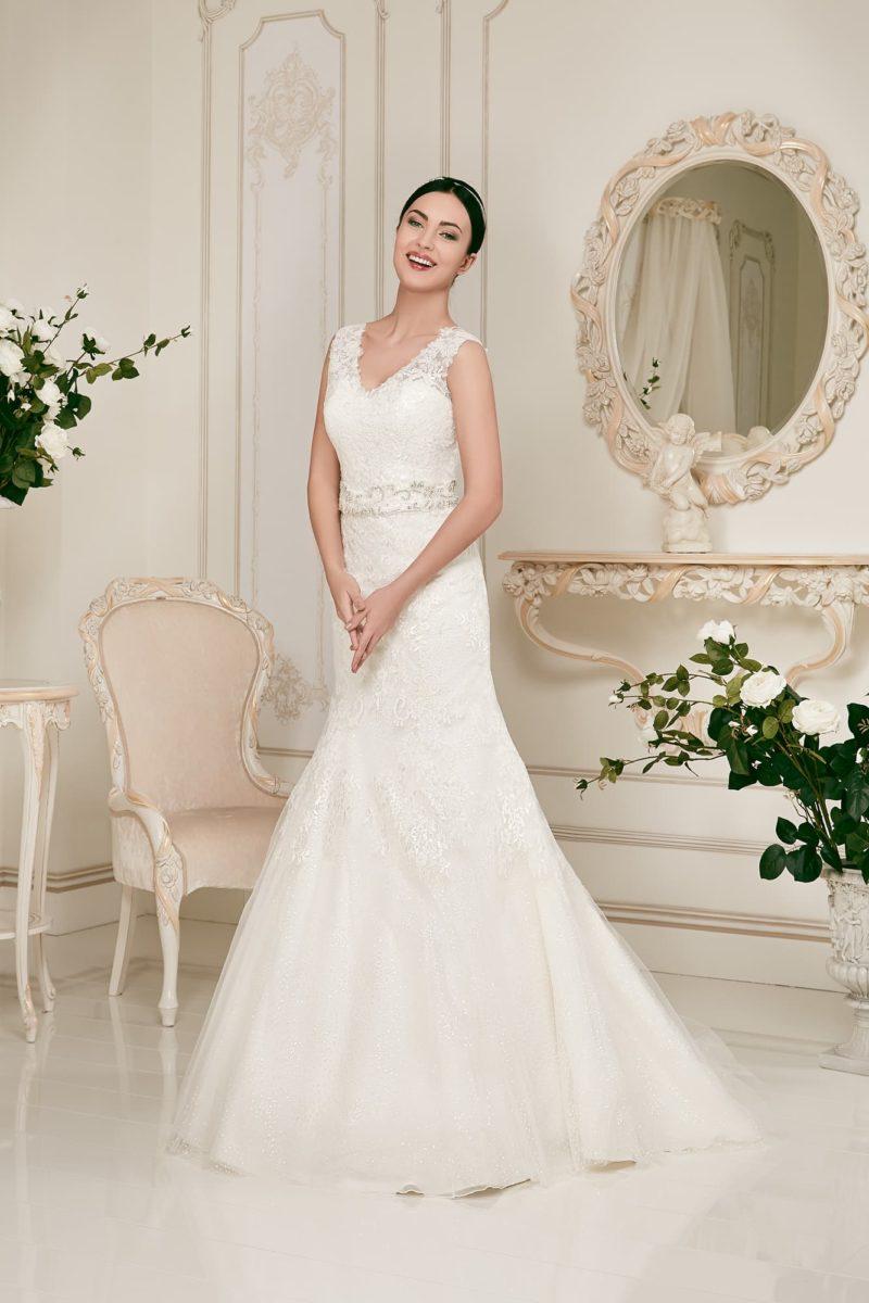Романтичное свадебное платье «русалка» с изящным V-образным декольте с широкими бретелями.