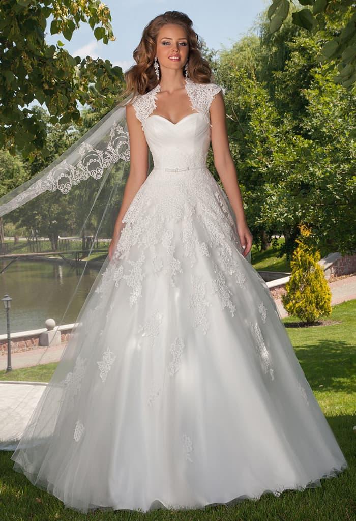 Великолепное свадебное платье пышного кроя с широкими кружевными бретелями.