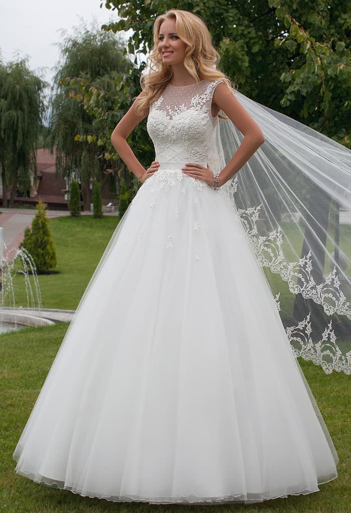 Пышное свадебное платье с кружевной отделкой корсета и изящным поясом.