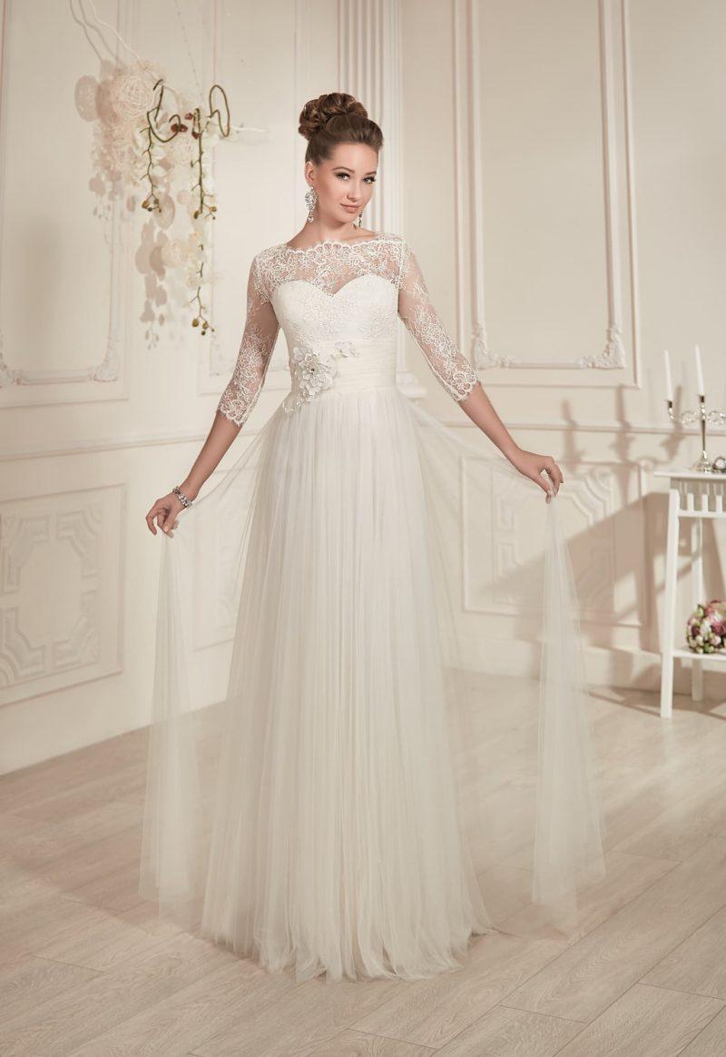 Прямое свадебное платье с рукавом длиной в три четверти и поясом с бутоном сбоку на талии.