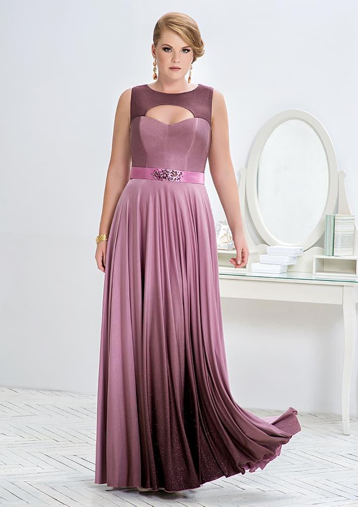 Прямое вечернее платье с оригинальным закрытым верхом.