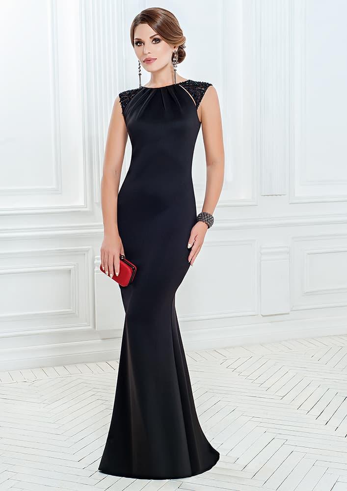 Облегающее вечернее платье с бисерной вышивкой на плечах.