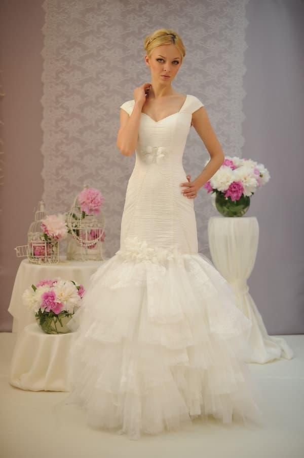 Свадебное платье с кокетливой юбкой «рыбка» с оборками и бантом под лифом.