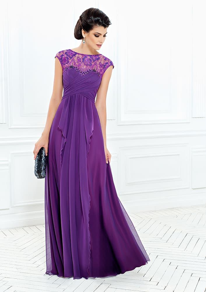 Прямое вечернее платье фиолетового цвета с кружевной вставкой сверху.