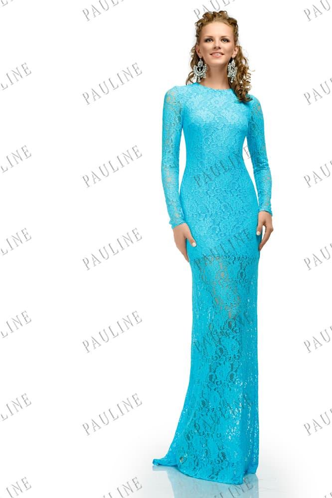 Длинное вечернее платье голубого цвета с длинным рукавом и открытой спиной.