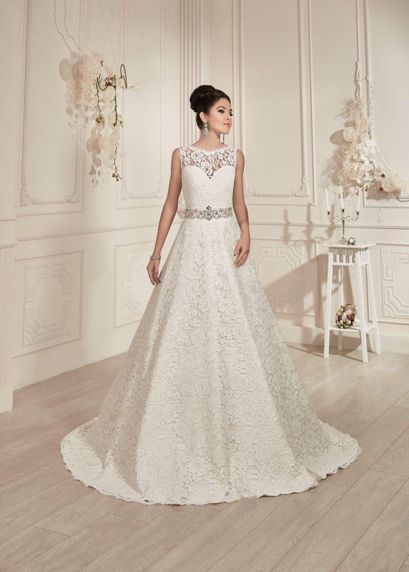 Кружевное свадебное платье с закрытым лифом и широким поясом, покрытым бисерной вышивкой.